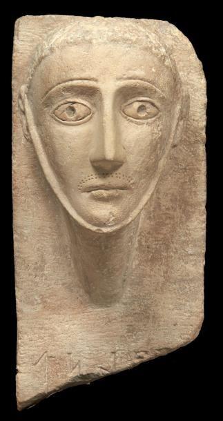 STÈLE ICONIQUE. Grande stèle sculptée du...