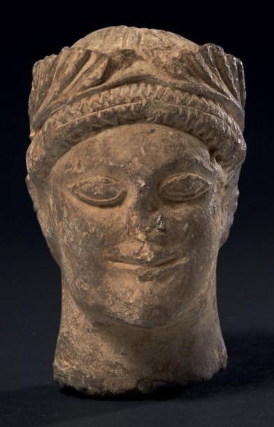 TÊTE CHYPRIOTE. Tête de statue représentant...