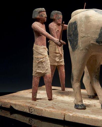 Égypte MODÈLE AGRICOLE. Grand groupe représentant deux hommes vêtus de pagnes blancs...