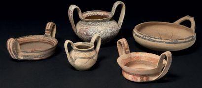 VASES DAUNIENS. Lot composé de cinq vases...
