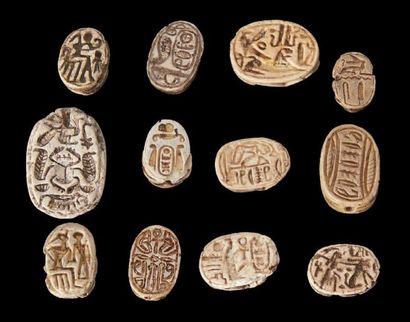 Égypte COLLECTION DE 105 SCARABÉES. Les plats sont gravés de noms royaux, de divinités,...