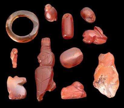 Égypte LOT DE CORNALINES. Il est composé d'une bague, de perles et d'amulettes en...