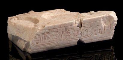 Égypte TABLE D'OFFRANDES FRAGMENTAIRE AUX CARTOUCHES D'ATON. Elle est gravée d'une...