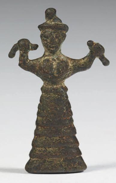 DÉESSE AUX SERPENTS. Rare statuette représentant...