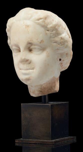 TÊTE FÉMININE. Tête de statue représentant...