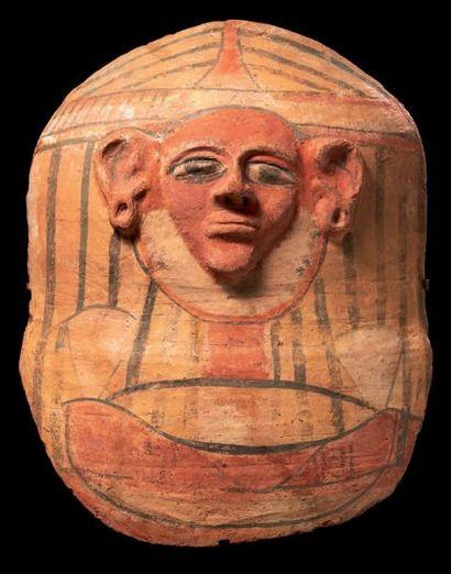 Égypte MASQUE DE SARCOPHAGE-SABOT. Il représente le buste d'un homme à la carnation...
