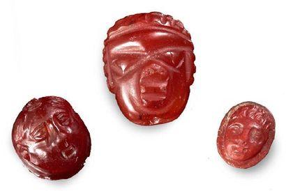 Lot composé de TROIS CAMÉES sculptés de têtes...