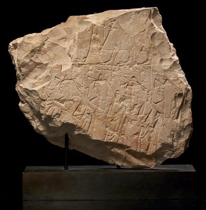 Égypte STÈLE RAMESSIDE. Fragment de stèle sculptée de deux registres. Le registre...