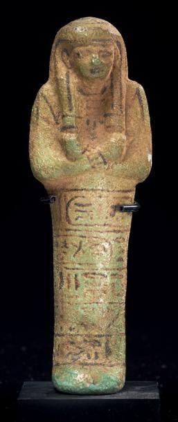 Égypte SHAOUABTI AU NOM DU ROI PSOUSENNÈS IER. Il est momiforme, coiffé de la perruque...