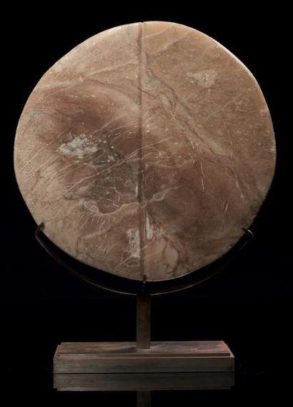 DISQUE CULTUEL. Grand disque sculpté de part...