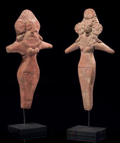 IDOLES FÉMININES. Lot composé de deux statuettes...
