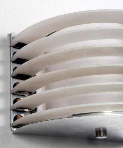 Paul DUPRE-LAFON (1900-1971) Paire d'appliques modernistes à ailettes Acier nickelé,...