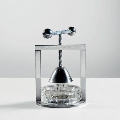 JACQUES ADNET (1901-1984) Presse agrumes moderniste métal chromé et verre Vers 1930...