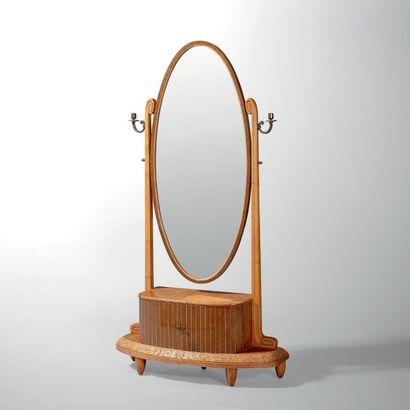 MAURICE DUFRESNE (1876-1955) Psyché ouvrant à deux portes Hêtre, bois exotique et...