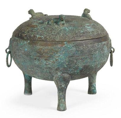 RÉCIPIENT de forme «dun» tripode en bronze...