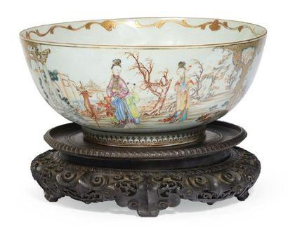 BOL À PUNCH en porcelaine décorée en émaux...