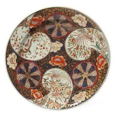 GRAND PLAT CREUX en porcelaine décorée en...