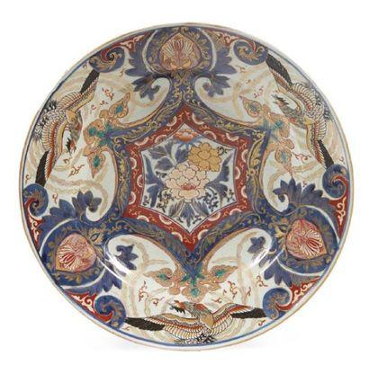 PAIRE DE GRANDS PLATS CREUX en porcelaine...