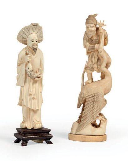 DEUX OKIMONO en ivoire et ivoire marin, pêcheur...