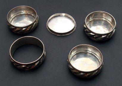 Lot constitué de quatre bracelets en argent...
