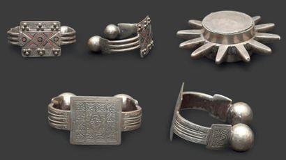 Deux paires de bracelets de cheville maures,...