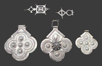 Cinq pendentifs talismaniques en argent,...