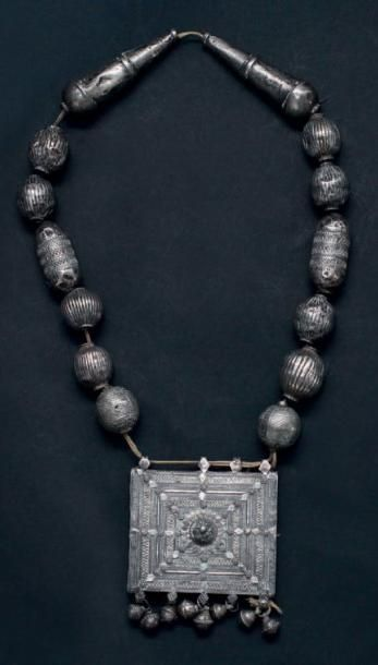 Collier à large pendentif, Yémen en argent filigrané et ciselé, formé de larges...