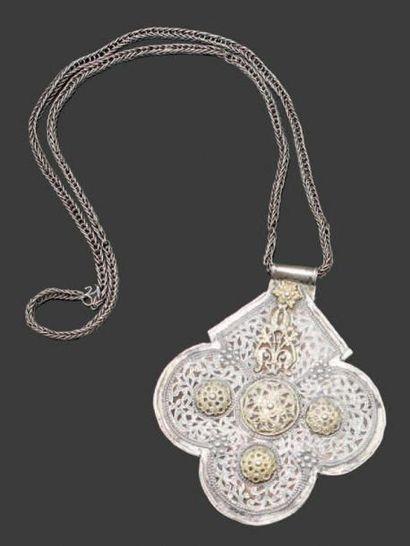 Amulette, Foulet khamsa en argent moulé et...