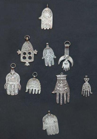 Neuf petites mains profilactiques, luha en argent ciselé de motifs géométriques...