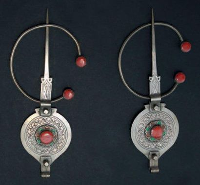 Paire de fibules, Tiznit en argent, en forme de disque orné d'une corolle émaillée...