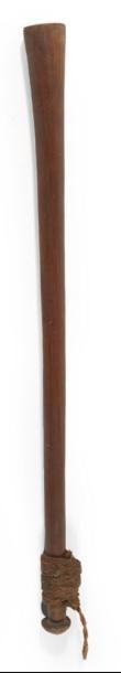 MASSUE en bois en forme de cylindre s'évasant...