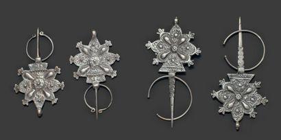 Deux paires de fibule, Haut Atlas ou Dadès en argent moulé, en forme de rosette...