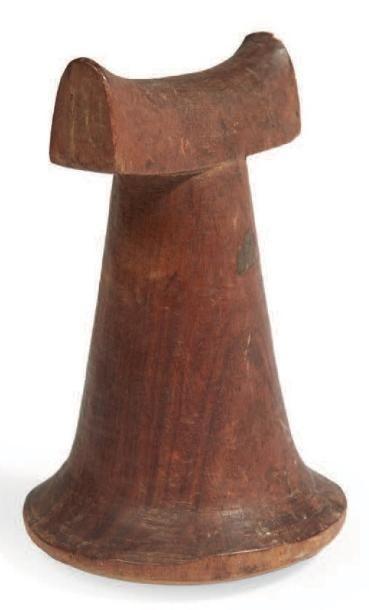 RARE PILON «Penu» en bois à ailettes sculpté...