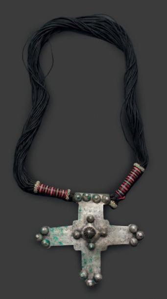 Collier touareg, formé de cordons de cuir...