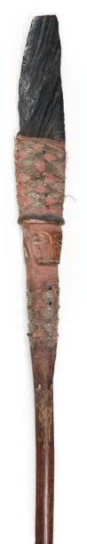 LANCE d'apparat en bois sculpté d'un visage...