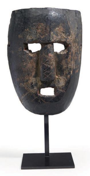 MASQUE rituel en bois en forme de visage...