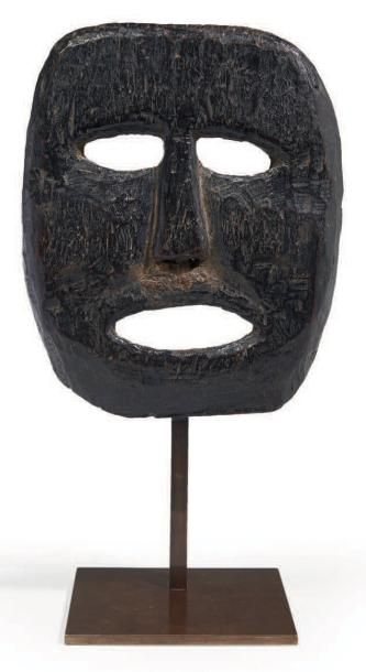 MASQUE en bois en forme de visage aux traits...