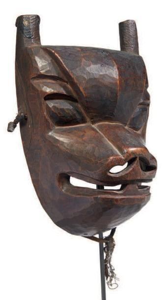 MASQUE en bois sculpté d'inspiration animalière....