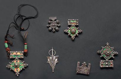Lot composé d'un collier et de quatre pendentifs,...