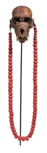 COLLIER en fibres et perles rouges orné d'un...