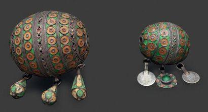 Deux grandes perles tagmout, Tiznit en argent filigranné émaillé vert, jaune et...
