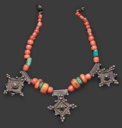 Collier aux croix du Sud, Sud du Maroc à rang de perles de corail, turquoises et...