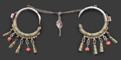 Parure de tempe, Tiznit formée d'une paire de boucle en argent, à décor émaillé...