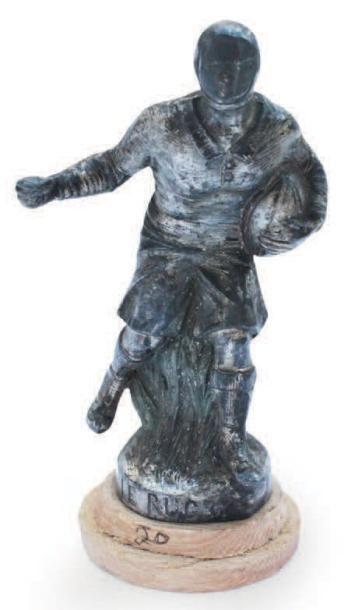 «Rugbyman» en métal non signé, monogrammé...