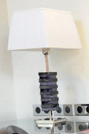 Lampe à poser en résine mauve et métal chromé....