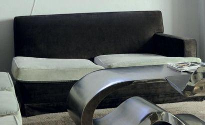 Paire de canapés à un accotoir en velours...