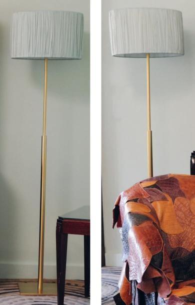Paire de lampes de parquet en métal doré....