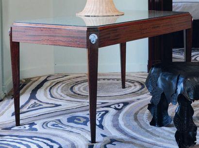 Bureau de style Art déco à pieds gaine ouvrant à un tiroir et applications de métal....