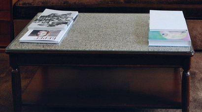 Table basse rectangulaire, piètement en ogives cannelées et plateau d'entrejambe...