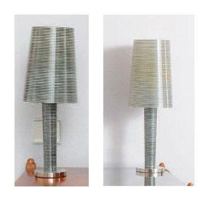 Deux lampes à poser en plastique à motifs...